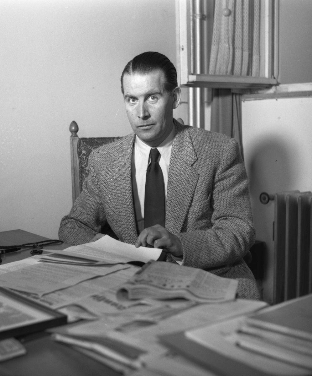der bundesminister des innern gerhard schrder am 08 oktober 1953 an seinem schreibtisch in bonn - Gerhard Schrder Lebenslauf